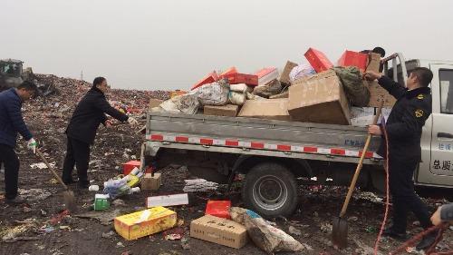 微山縣市場監督管理局集中銷毀假冒偽劣商品