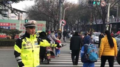 开学第一天,任城交警增警力保畅通