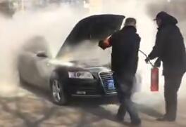 """突遇轿车起火 邹城一公交司机秒变""""消防员"""""""