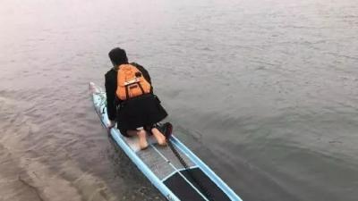 """上班全靠""""浪""""!家住长江南公司长江北,男子划桨板渡江出行"""