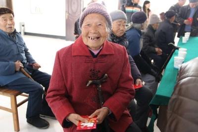 亚博体育:知心礼品送老人,敬老院内显温情