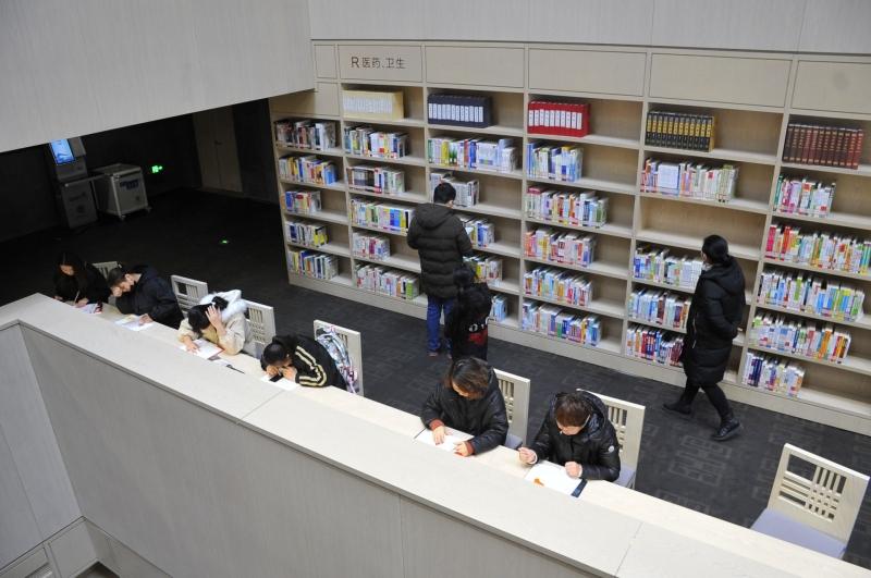 """寒假不忘""""充电""""!做什么赚钱快市图书馆人气爆棚"""