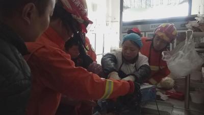 驚!火鍋店女工手指被卡麵條機 汶上消防緊急救援