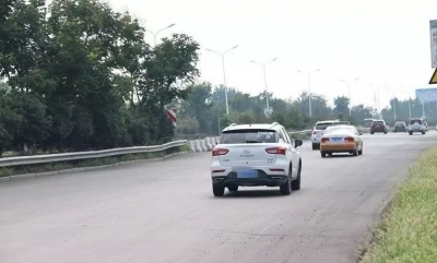 孟子大道、双大路半幅封闭施工 请过往车辆减速慢行