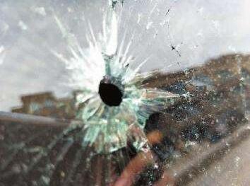 太任性!不满三轮车挡路  男子竟用钢珠打坏车玻璃