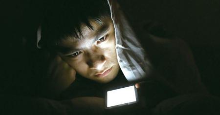 警惕!睡前用手機影響人體晝夜節律 入睡更難
