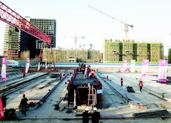 火炬路跨线桥首片箱梁浇筑成功 将进入桥梁施工