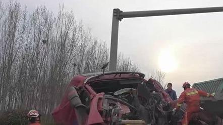 两半挂车追尾车头严重变形,济宁消防10分钟救人