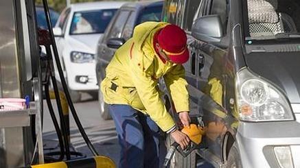 昨天刚涨的油价,后天又要降了!前天排队加油的车主哭了…
