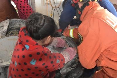 揪心!年轻女子左手掌伸进和面机 消防紧急救援