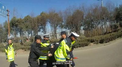 面對交警查酒駕,開車沒喝酒的他為何拔腿就跑?