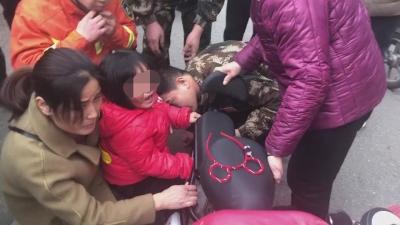 2岁幼童脚卡电车后轮 邹城消防17?#31181;?#32039;急破拆