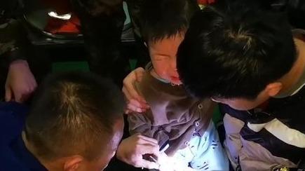 一岁男童醋瓶卡手指 微山消防员指甲刀施救
