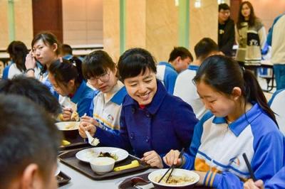 学校卖力人需与门生同用餐 4月1日起实施