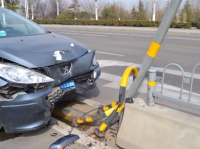 老司机也犯晕!错把油门当刹车  迎头撞向护栏