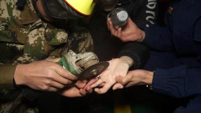 """猎奇男孩戴戒指被卡  消防员""""指""""上作业磨练真工夫"""