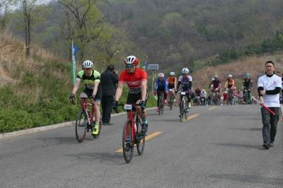 """壯觀!近400名騎手上演自行車版""""速度與激情"""""""