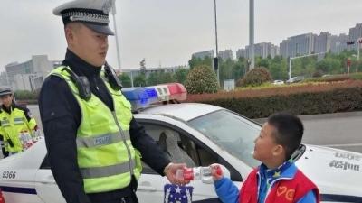 济宁小学生的温馨举动,暖了北湖交警的心