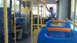 手包落到公交车上,多亏了兖州好心司机曹师傅
