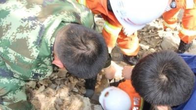 泗水一老人失足坠入4米深水井,消防员下井救人