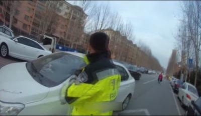 送醫路上車輛被堵 執勤交警一路鳴笛護送