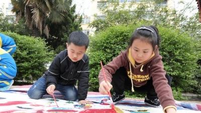拿起畫筆,孩子們畫出心中美好生活