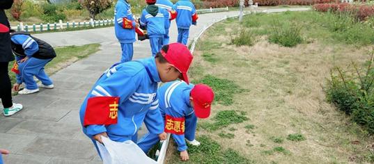 点赞!这群小学生不怕脏,不怕累,在公园捡垃圾