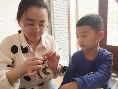 愛心針線坊現場授藝:弘揚母教文化  繼承女紅傳統
