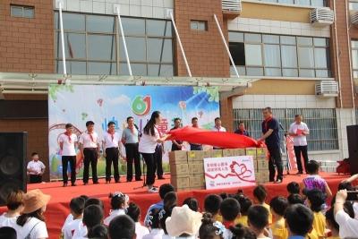安利志愿者与小学生欢庆六一  共沐书香(组图)