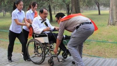 曲阜无障碍建设:残疾人游客坐着轮椅游遍三孔
