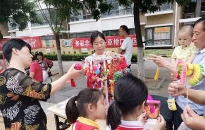 濟寧非遺文化進社區 居民體驗剪紙面塑制作