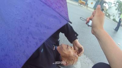 暖新闻|老人头部受伤 交警打伞守护