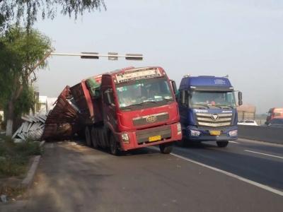 疲劳驾驶要不得!两起重载大货车侧翻事故接连发生