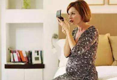 孕妇爱抹化妆品  女儿发育早
