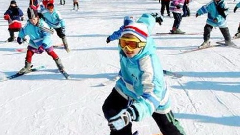 冰雪运动将纳入体育课教学  孩子们在学校就可以滑冰了!