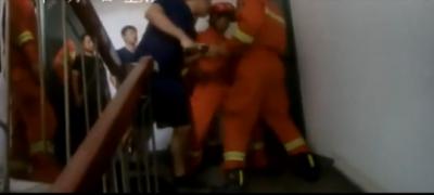 济宁两岁幼儿反锁防盗门  公安、消防及时施救