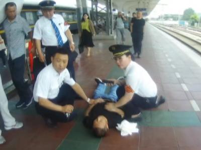 揪心!旅客站台突然昏倒 工作人员热心救助