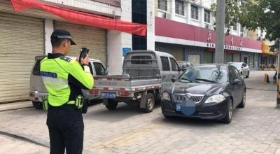 """违法停车罚单上""""新款""""  新式移动警务终端了解一下"""