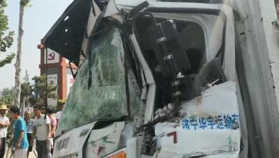 """""""蒜""""你狠!货车追尾半挂司机受伤  消防紧?#26412;?#25588;"""