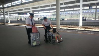 曲阜高铁站女乘客突发昏厥 工作人员紧急施救