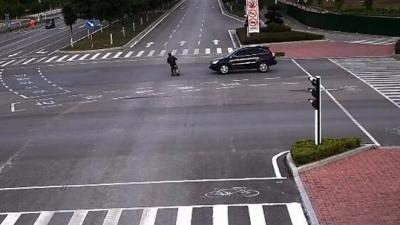 7秒!监控实拍济宁梁山一男子闯红灯被撞飞