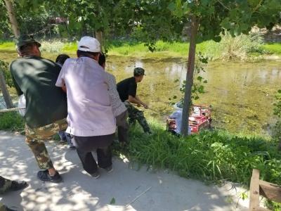 大叔釣魚忘拉手剎三輪墜河 梁山消防緊急跳河救車