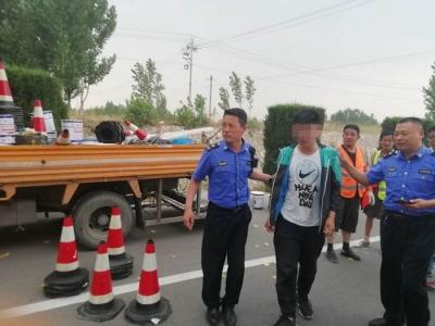 暖心!劃線工人中暑 泗水城管執法隊員急伸援手