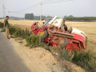 疲劳驾驶惹的祸!一小麦收割机侧翻在田边水沟
