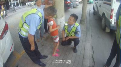 暖心!男童街头走失哭泣 交警帮忙找到家人