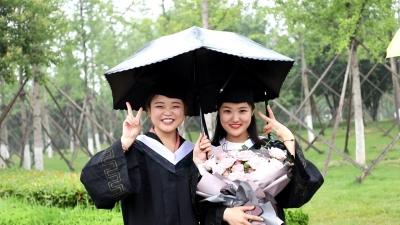 我們畢業啦!濟寧醫學院2870名畢業生雨中迎畢業典禮