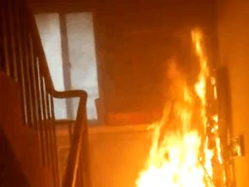 嫌邻居在楼道内摆放物?#32602;?#27982;宁一男子竟两次放火!