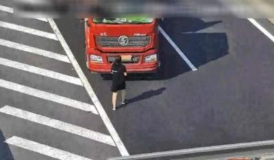 """惊险!卡车在高速上倒车 竟""""人肉""""遮挡号牌"""