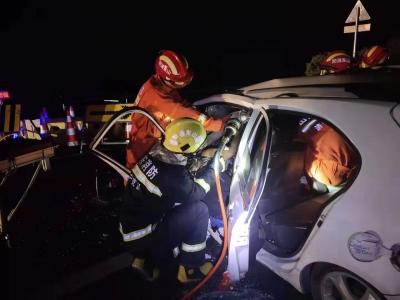 小轿车?#19981;?#26639;驾驶人被困 鱼台消防紧?#26412;?#25588;