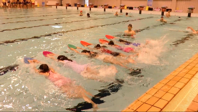 """热浪来袭!游泳培训班""""火""""了 孩子们这么说"""